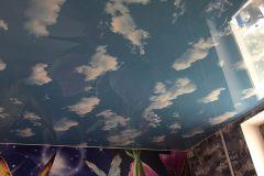 Фактурный натяжной потолок на кухне-Облака  1